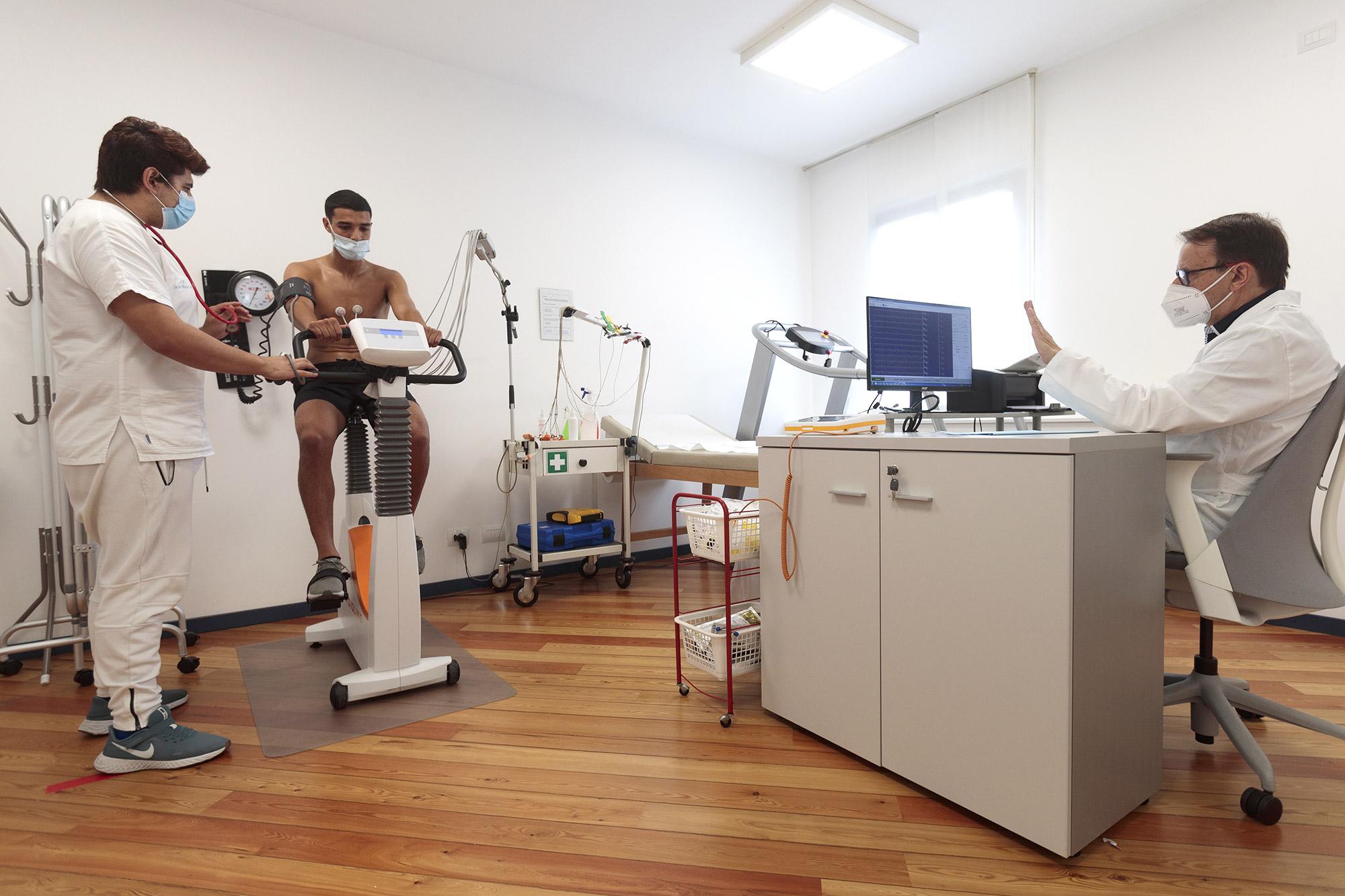 I giocatori del Como durante la visita medica per la pratica sportiva agonistica presso CMC Sport